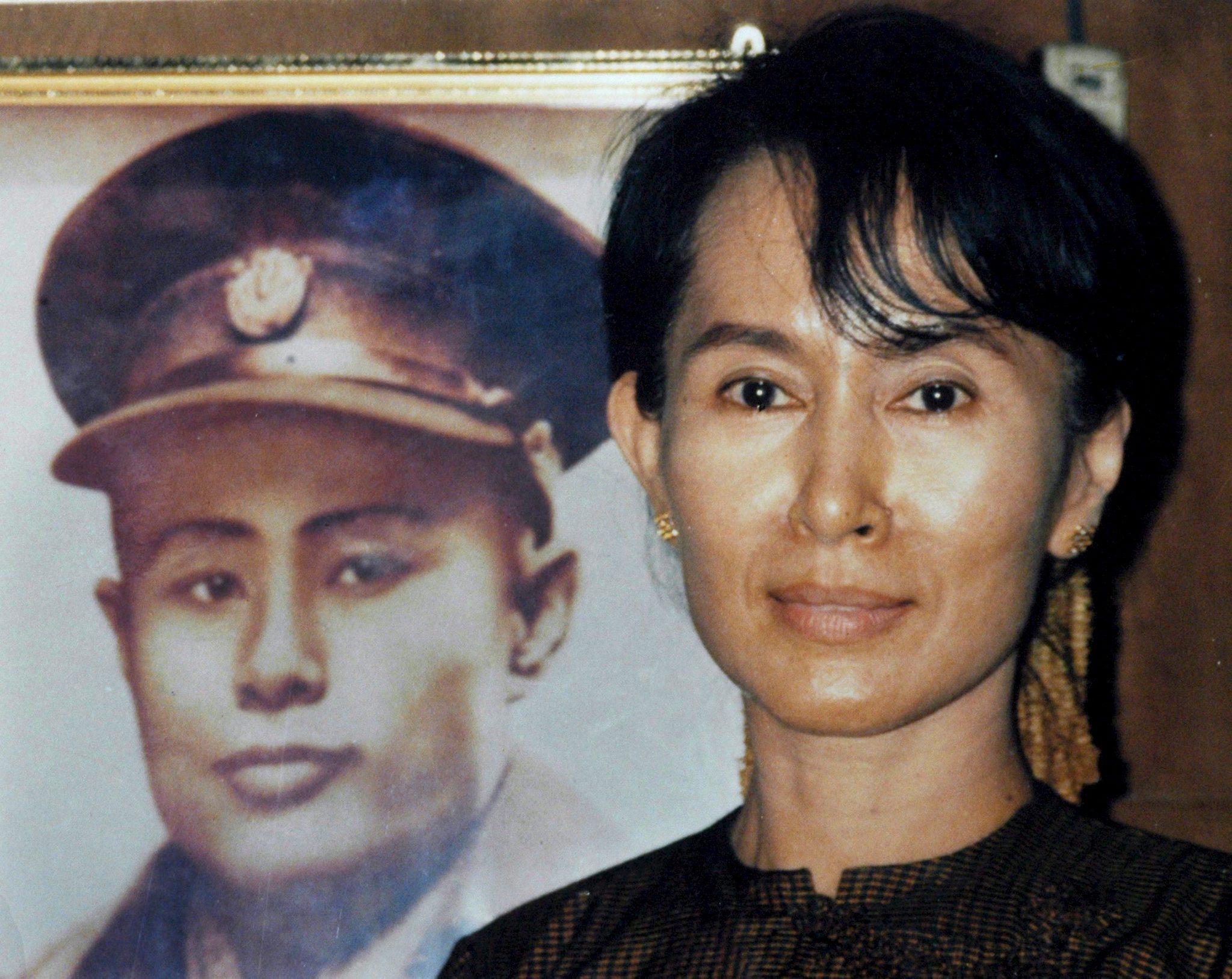 Аун Сан Су Чжи с портретом отца Аун Сана