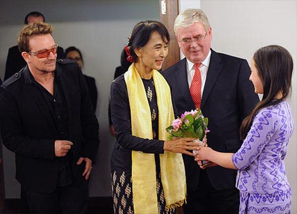 В центре - Аун Сан Су Чжи, слева - Боно